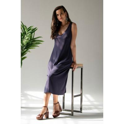 Стильное платье длиной ниже колена